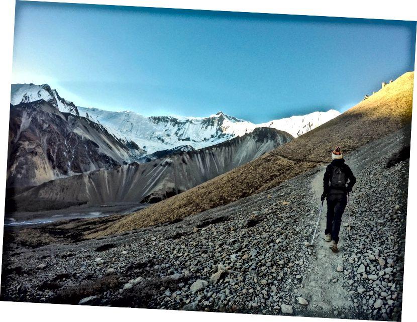 Majestatyczne widoki na lodowiec Gangapurna, szczyty Khangsar Kang i Tilicho otaczają jezioro Tilicho. Annapurna I leży tuż za masywną ścianą lodową, która zmusiła legendarnego francuskiego wspinacza Maurice'a Herzoga do znalezienia innej drogi na szczyt Annapurny I w 1950 r.
