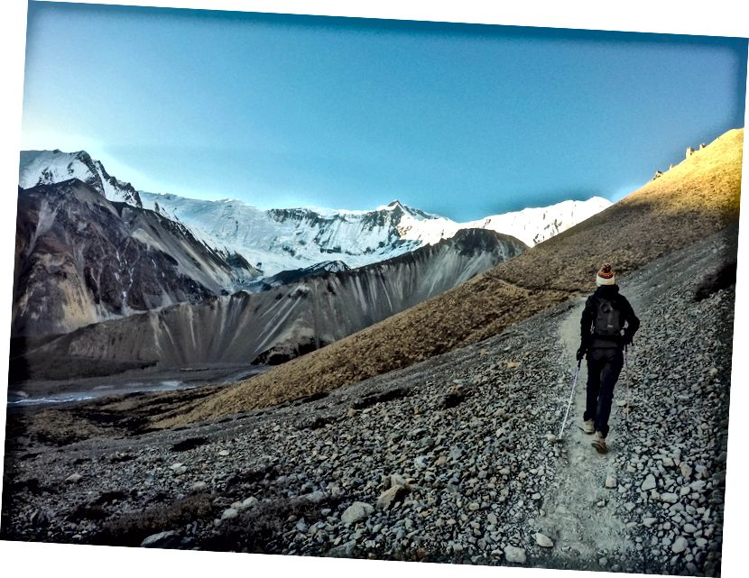Pemandangan Gletser Gangapurna yang memukau, puncak Khangsar Kang dan Tilicho mencapai Danau Tilicho. Annapurna I terletak tepat di belakang tembok es raksasa ini yang memaksa pendaki Prancis legendaris Maurice Herzog menemukan rute lain untuk mencapai puncak Annapurna I pada tahun 1950.