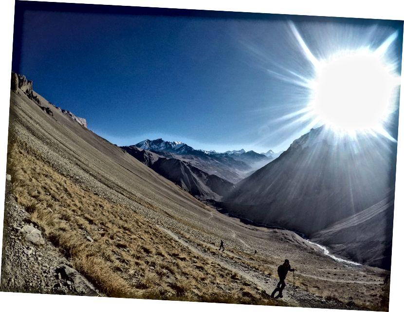 Manaslu di latar belakang, dengan Sun Shining over Gangapurna Glacier