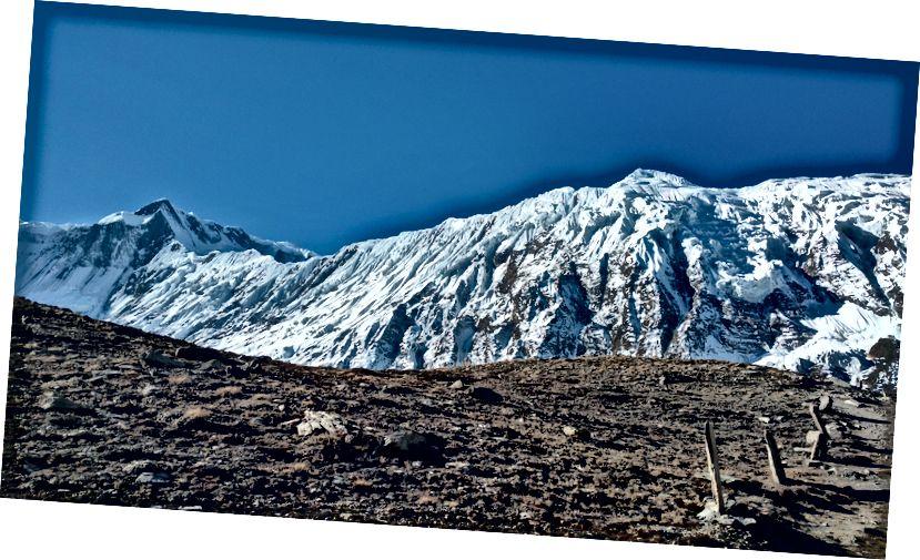 Panaromiczny widok na kang Khangsar i szczyty Tilicho