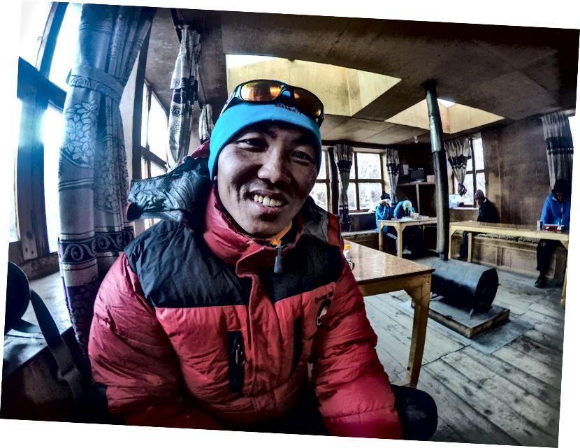 Karma Chong Sherpa | Everesti tippkohtumine 3 korda, Lhotse - 1 kord, ikka alandlik | Ta juhtis klienti, sest ronimishooaeg (märts-mai) oli läbi