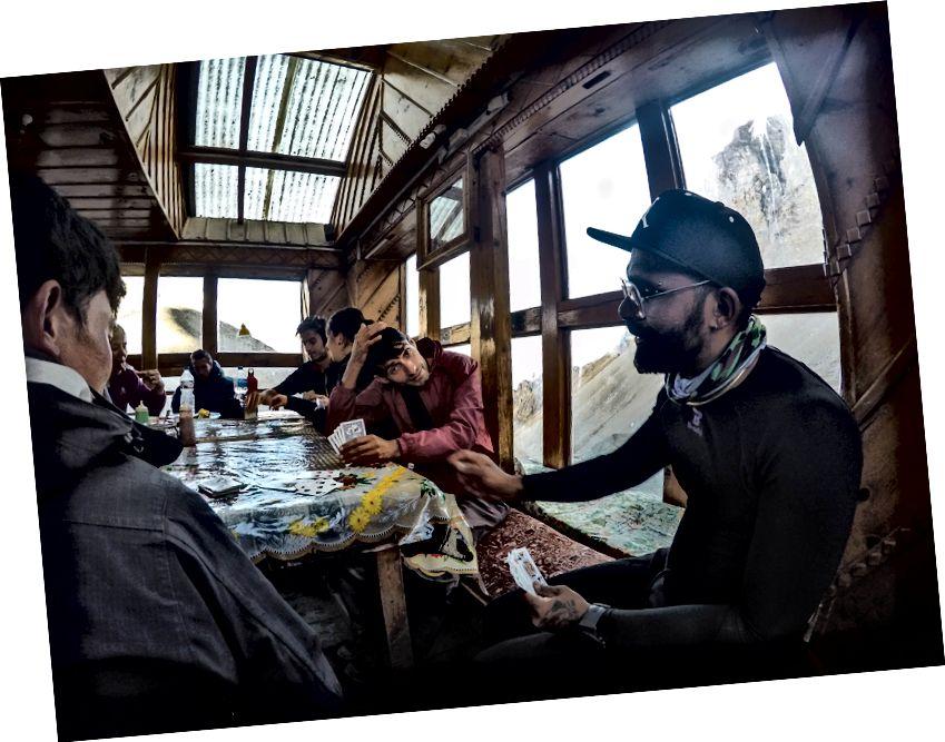 Trekkerid ja giidid, kes naudivad kaardimängu Thorongi kõrglaagris