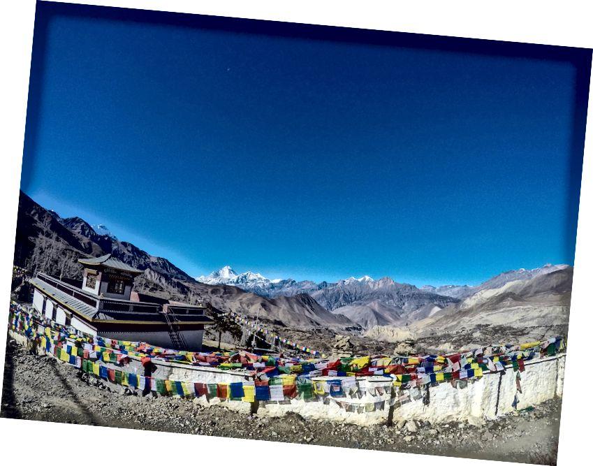 Turun dari ThorongLa ke Muktinath sangat curam dan satu kehilangan sekitar 1.600 meter. Sementara saya membutuhkan waktu sekitar 2 jam, yang lain saya temui membutuhkan waktu hingga 5 jam dari ThorongLa. Disambut oleh pemandangan yang luar biasa ini tentang memasuki Muktinath, Biara A dan pemandangan megah Dhaulagiri Himal