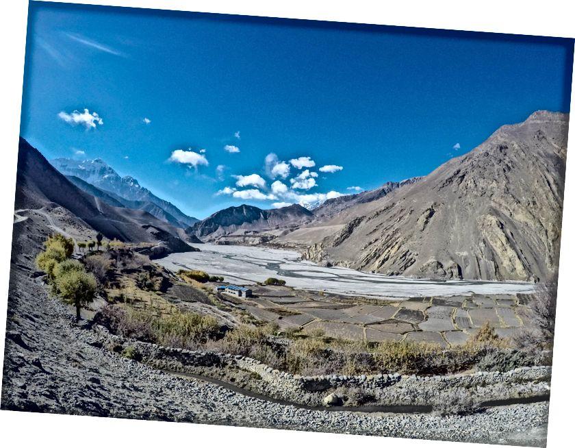Annapurna III di sebelah kiri dan The Kali Gandaki Gorge atau Andha Galchi. Ngarai Kali Gandaki (atau Sungai Gandaki) di Himalaya ini dengan beberapa ukuran adalah ngarai terdalam di dunia, menjadi 5.571 m atau 18.278 kaki lebih rendah dari Annapurna I di timur yang mengikatnya pada satu titik dan Dhaulagiri di barat.
