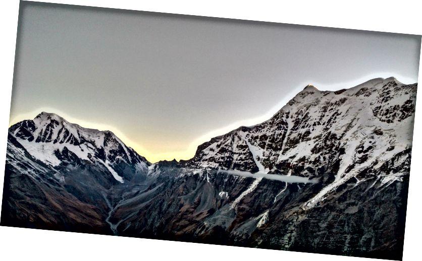 بائیں طرف نندا غونٹی (6309 میٹر) | ٹریسول I (7120 میٹر) دائیں طرف
