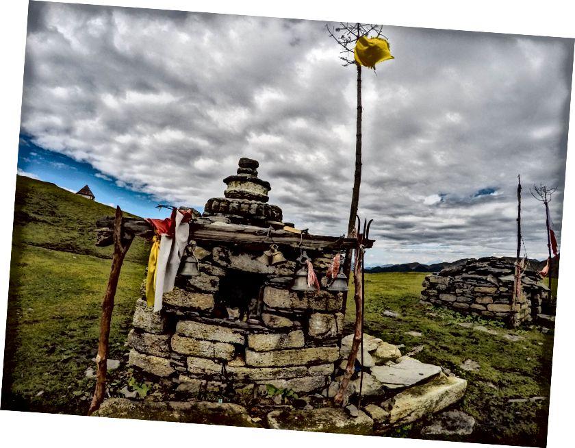 Đền thờ tại Bedni Kund