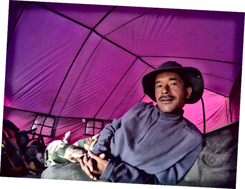 Dev Singh - Hướng dẫn của những người đi bộ trên dãy núi Himalaya và cũng đã triệu tập Núi Trisul từ Mặt Tây với Cảnh sát Biên phòng Tây Tạng.