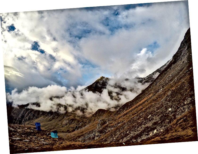 پہاڑ ٹرائول اب بھی بادلوں کے پردے کے پیچھے محو ہے