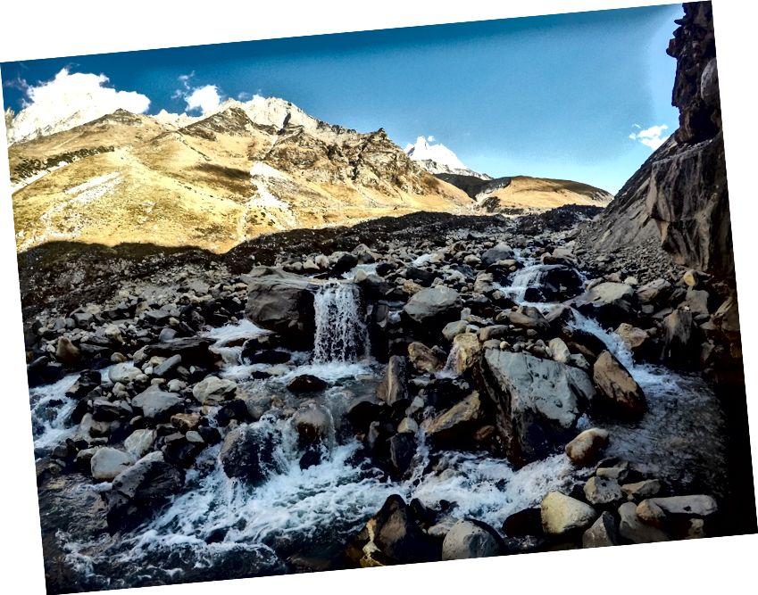 Ο ποταμός Kedar Ganga (η πηγή βρίσκεται κάπου στους Kedar Tal, Thalaya Sagar / Bhrigupanth Glaciers)