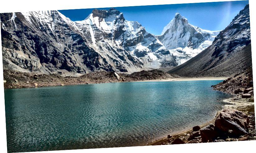 Μια άλλη θέα στη λίμνη και τα βουνά