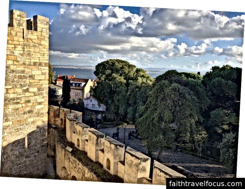 Nhìn từ lâu đài São Jorge
