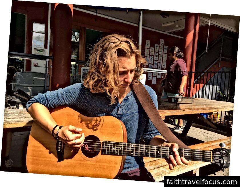 Julian chơi guitar tại Cape Byron YHA Hostel Ảnh của Donna Kos