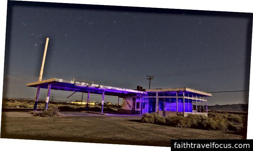 Đổ đầy trạm ở đâu đó phía tây của Laramie. Hình ảnh lịch sự Troy Paiva. https://lostamerica.com/