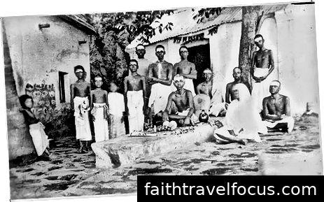 Ramana Maharashi tại một trong những hang động của ông với những người sùng đạo