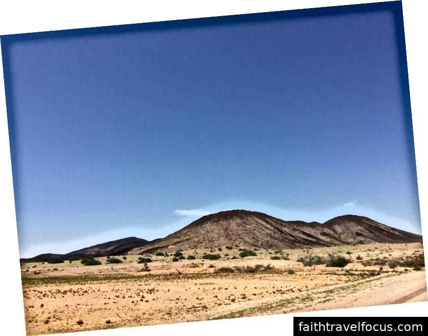 Xem dọc theo con đường qua Namibia trên đường đến Spitzkoppe