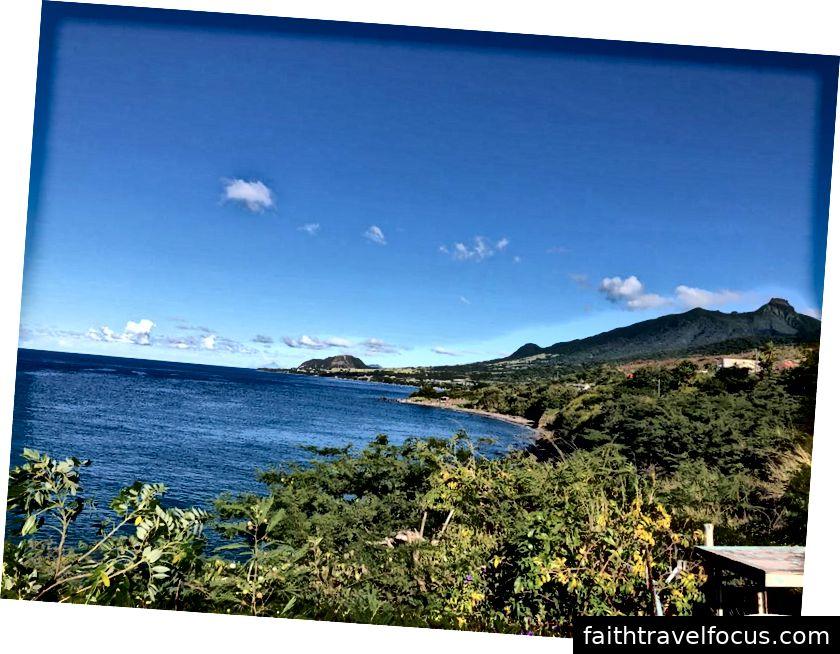 Thiên nhiên St Kitts nổi bật với rừng nhiệt đới tuyệt đẹp, hoa lan mọc trên cây và bờ biển tuyệt đẹp