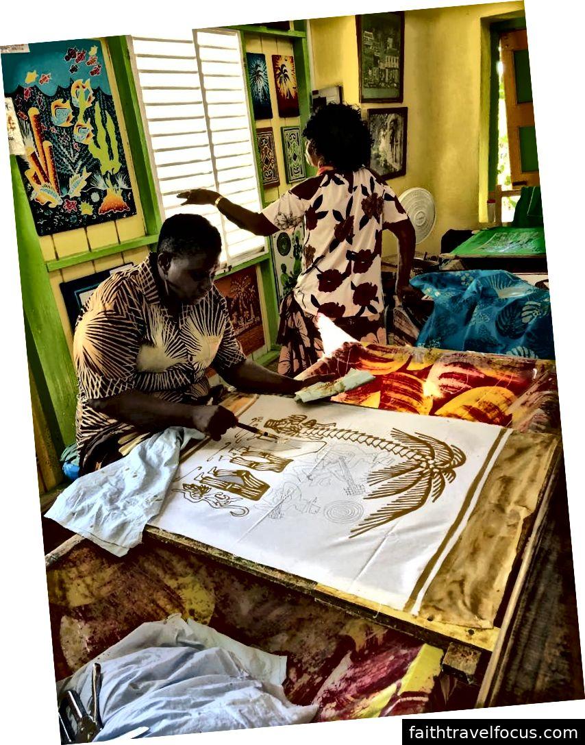 Phụ nữ làm batik bằng cách vẽ bằng sáp.