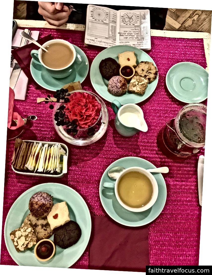 Lây lan của chúng tôi tại trà chiều. Kết nối với quán trà cũng là một cửa hàng nhỏ nơi khách hàng có thể mua những chiếc cốc Babington hay những chiếc lá hoặc túi trà rời. Tất nhiên, cả hai chúng tôi đã dừng lại ở đó để mua một ít trà trước khi chúng tôi ra ngoài.