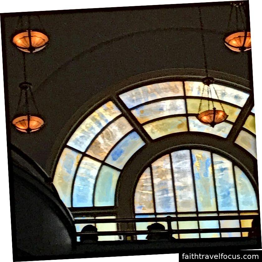 Nhìn lên các cửa sổ kính màu tại khách sạn Line ở D.C.!