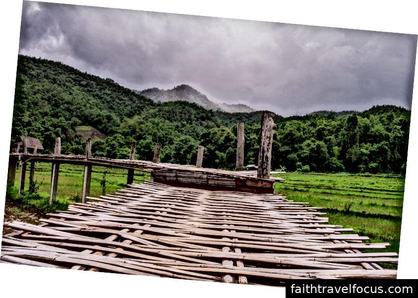 Cầu Tre nối làng đến chùa vào khoảng tháng 6 năm 2018. Ảnh tín dụng: Aydin Adnan