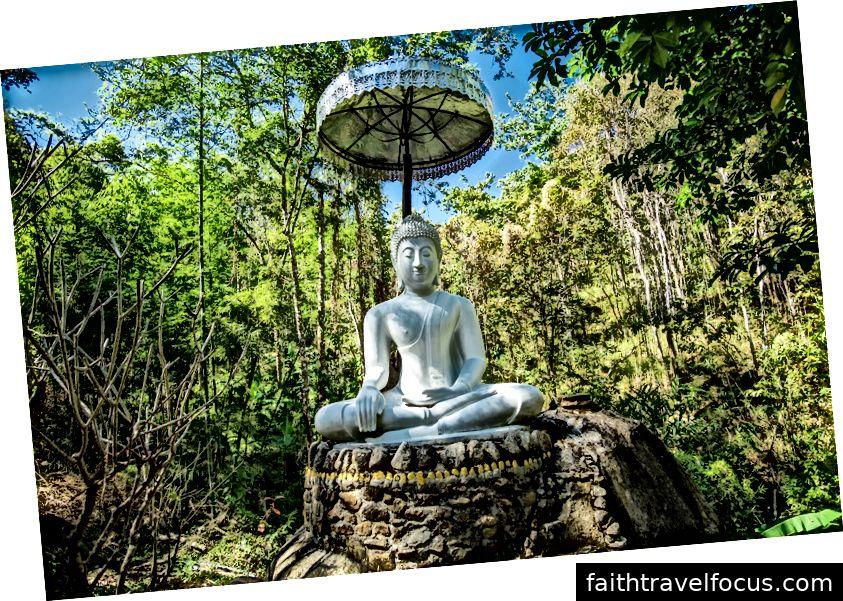 Tượng Phật nằm ở trung tâm xã chùa. Ảnh tín dụng: Aydin Adnan