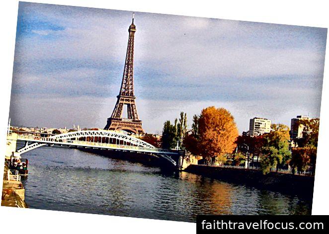 Tháp Eiffel là một tháp lưới bằng sắt rèn trên Champ de Mars ở Paris, Pháp.