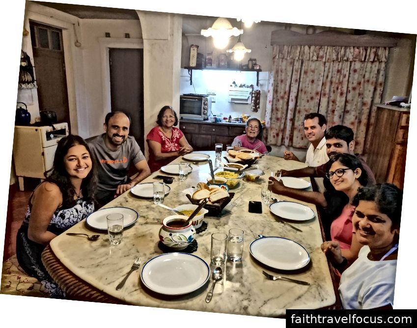 Gia đình Amaral và khách đã tụ tập quanh nơi yêu thích của tôi :)