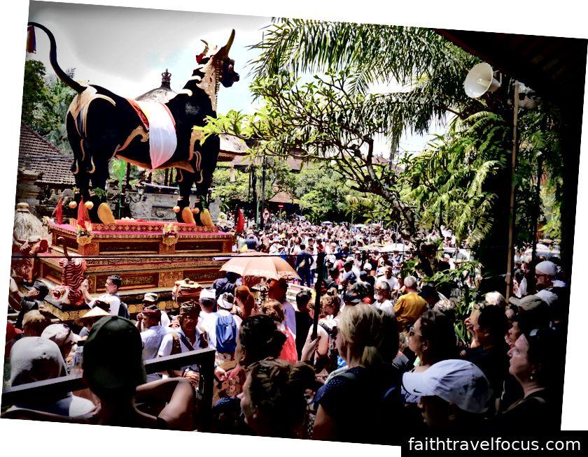 Đám đông tại buổi lễ Pelebon bao quanh cấu trúc Bull hy sinh