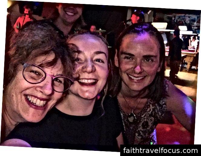 Ra ở Nelson để nghe nhạc sống và nhảy với Brona (giữa) và Jo