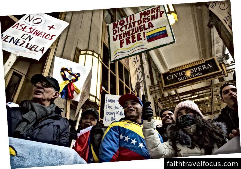 Người biểu tình đã mang cờ và biển hiệu thủ công đến cuộc biểu tình hôm qua bên ngoài Tổng lãnh sự quán Venezuela ở trung tâm thành phố Chicago để thể hiện sự ủng hộ của họ đối với Juan Guaidó, lãnh đạo Quốc hội Venezuela. Ảnh của Geoff Stellfox.