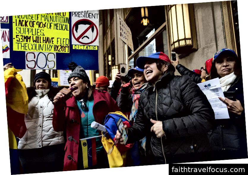 Các thành viên của Liên minh Illinois Venezuela đã giúp dẫn đầu cuộc biểu tình ngày hôm qua bên ngoài Tổng lãnh sự quán Venezuela ở trung tâm thành phố Chicago để thể hiện sự ủng hộ của họ đối với Juan Guaidó, lãnh đạo của Quốc hội Venezuela. Ảnh của Geoff Stellfox.