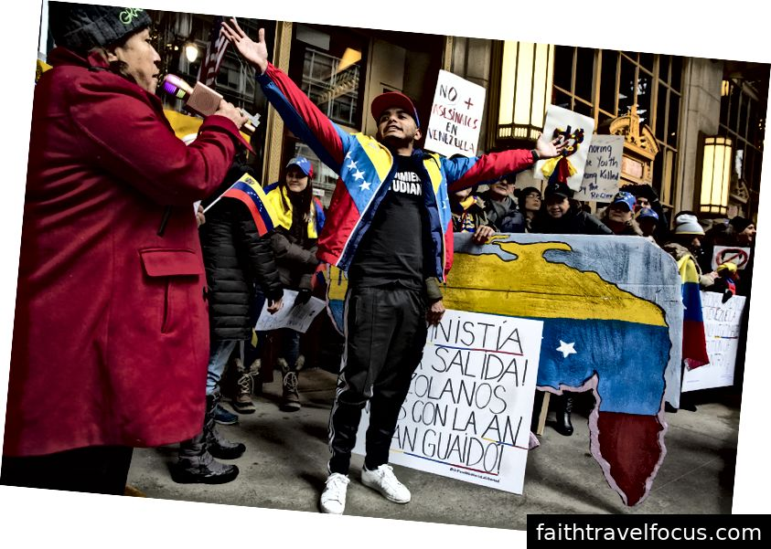 Jhoan Garcia, thuộc Movimiento Estudiantil và gần đây tại Chicago, được hoan nghênh khi anh chia sẻ về lịch sử chiến đấu chống lại chính phủ Venezuela hiện tại. Ảnh của Geoff Stellfox.