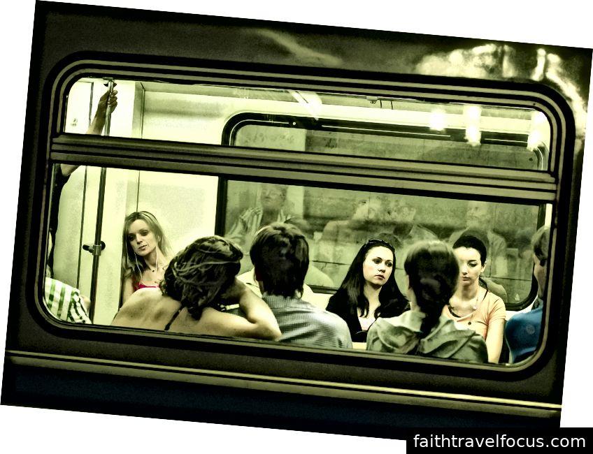 Người dân địa phương và khách du lịch đi tàu điện ngầm ở Moscow, Nga (Nguồn: JG-House)