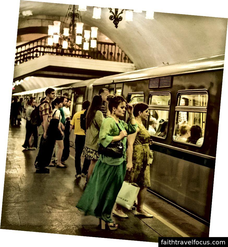 Mọi người chờ đợi để lên tàu điện ngầm ở Moscow, Nga (Nguồn: JG-House)