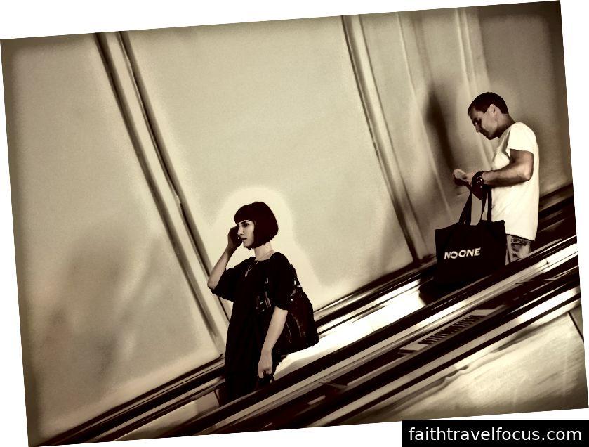 Một người phụ nữ và một người đàn ông xuống sân ga tàu điện ngầm ở Moscow, Nga (Nguồn: JG-House)