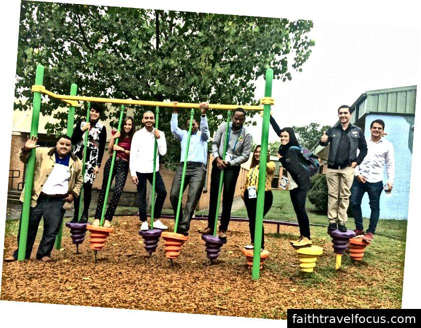 Đội Little Rock trong chuyến thăm một trường học địa phương