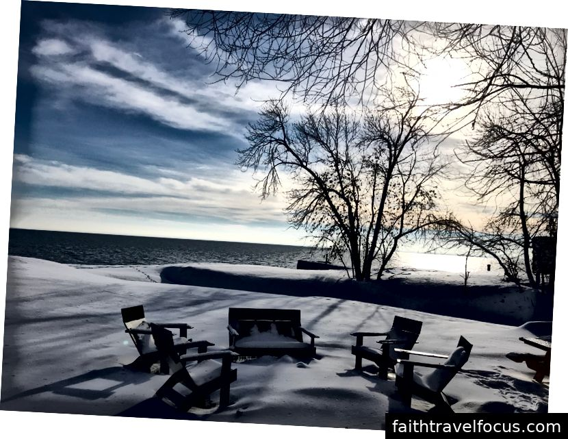 Đến trong quần tuyết và ngồi trên ghế Adirondack của chúng tôi. Ném đôi giày tuyết của bạn lên không trung và thư giãn.