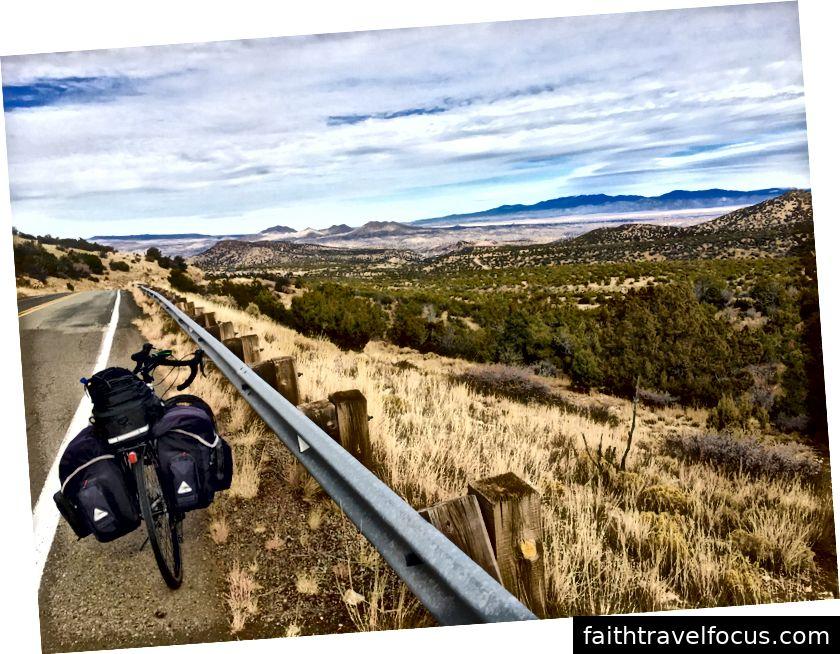 Đường mòn màu ngọc lam gần Madrid, New Mexico.