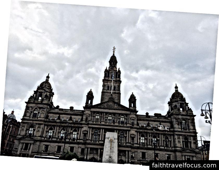 Phố Hội trưởng (trái) và Phòng chờ Thành phố Glasgow tại Quảng trường George (phải).