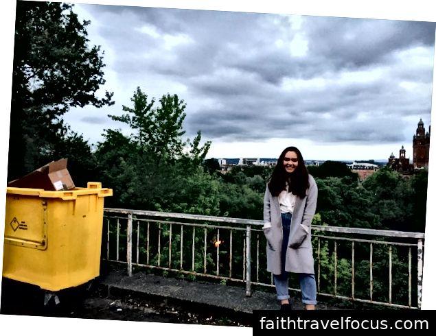 Kỷ niệm khoảnh khắc bằng cách mỉm cười với một người dọn rác.