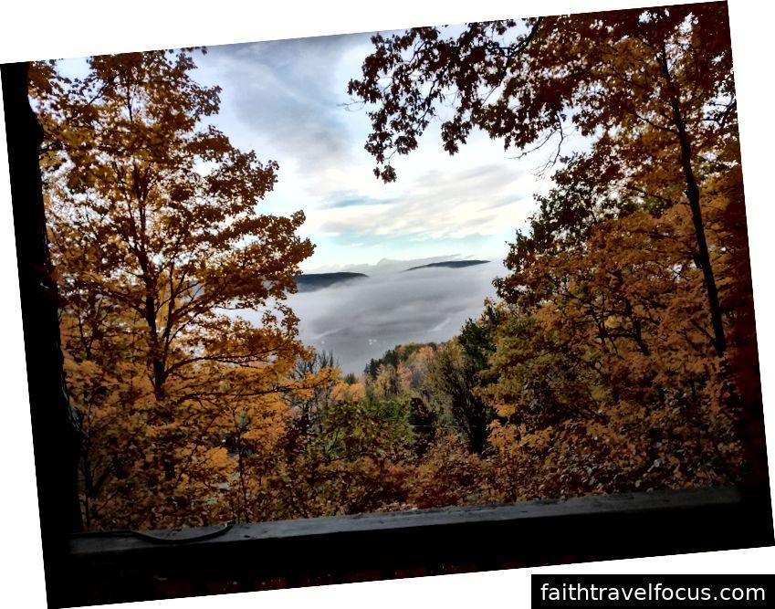 Quang cảnh hồ từ boong của cabin giữa mùa thu. Naples, NY.