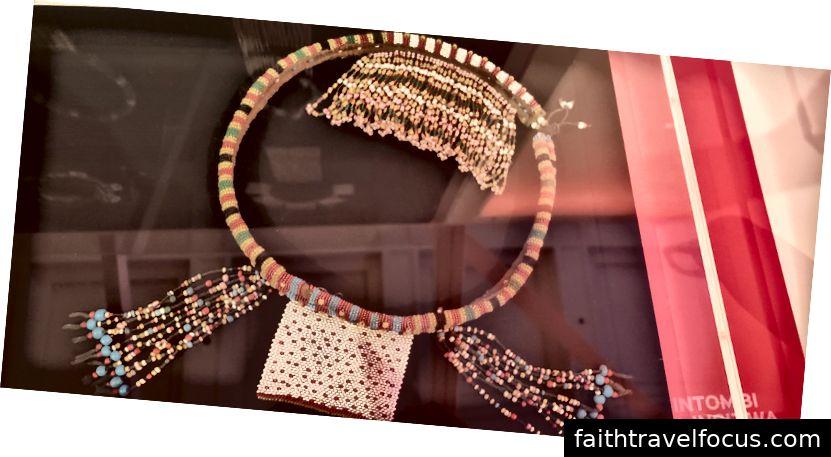 Sợi dây chuyền? được làm bởi một phụ nữ trẻ Nam Phi cho chàng trai trẻ mà cô ấy thích