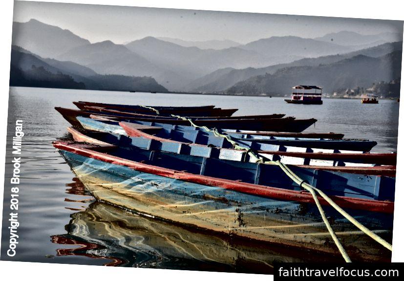 Thuyền trên hồ Fewa tại Pokhara.