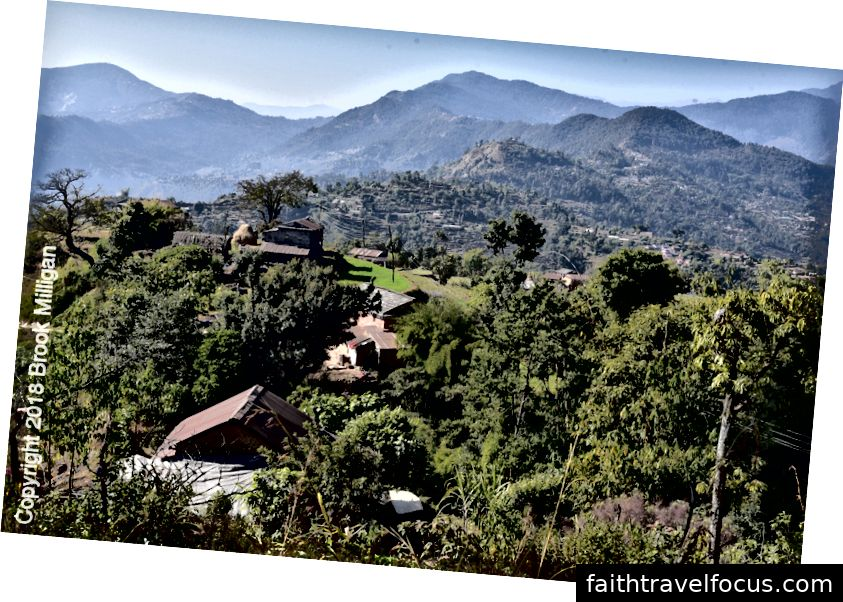 Khi chúng tôi đi bộ, chúng tôi nhìn ra nhiều ngôi làng. Một trong số đó là nơi Ramesh, người hướng dẫn của chúng tôi, lớn lên.