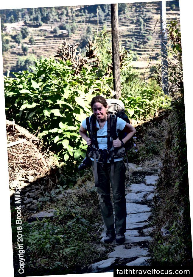 Đây là Megan đi bộ dọc theo con đường bằng đá.