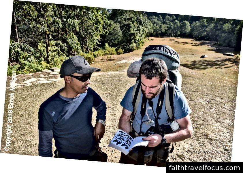 Đây là Chris trao đổi với Ramesh, hướng dẫn của chúng tôi, về một số loài chim mà họ nhìn thấy. Chris và Megan đã dành thời gian tìm kiếm những con chim mới trong cuốn sách của họ và mỗi đêm cập nhật danh sách chim của họ.