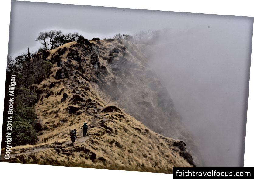 Ở đây chúng tôi đang đi bộ dọc theo sườn núi khi những đám mây bao quanh chúng tôi.