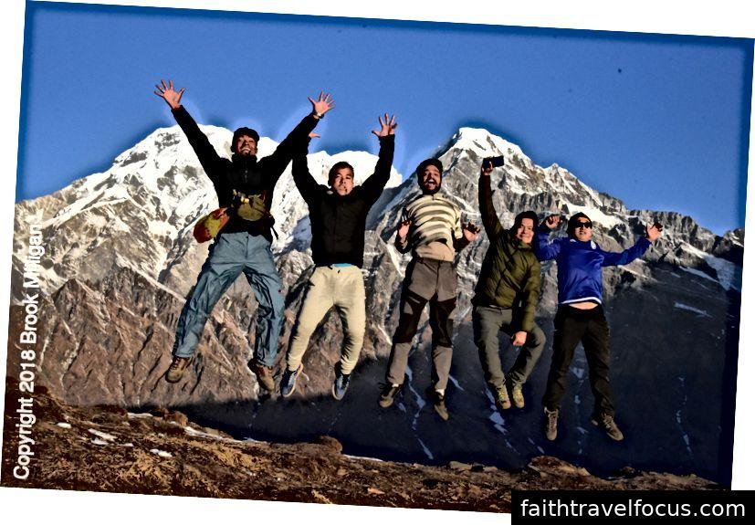 Đây là một điều của Nepal để đưa mọi người lên không trung với những ngọn núi phía sau.
