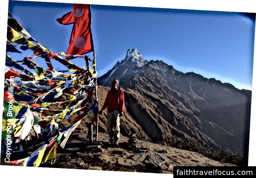 Brook với lá cờ Nepal và những ngọn núi trong nền.