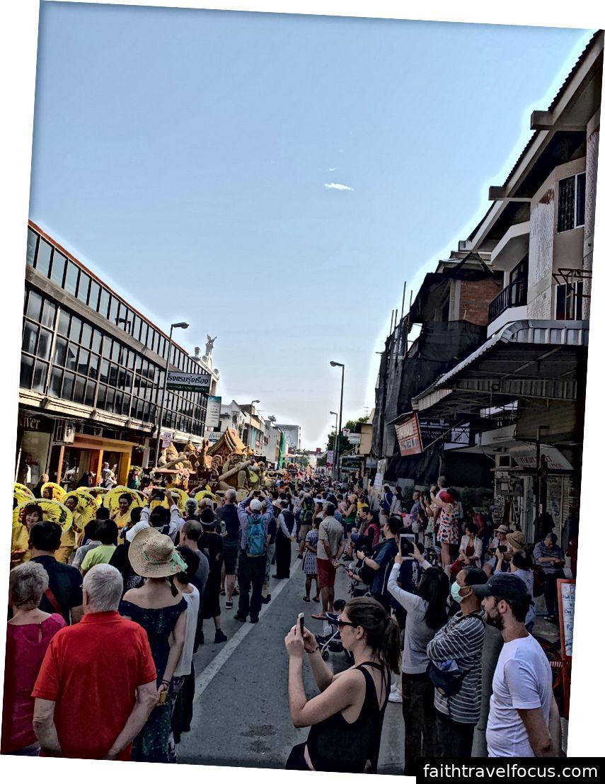 Hàng ngàn người xếp hàng trên đường để theo dõi cuộc diễu hành